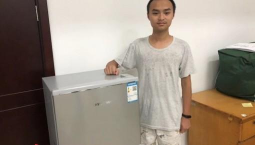 大一新生带着冰箱报到?学校知道后,竟然给他买了个更大的...