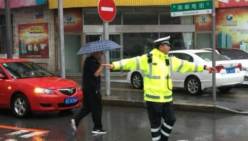 四平六孔桥下积水严重,司机不听劝阻致车辆被淹!