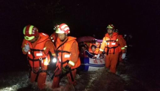 四平市:暴雨后村落被淹 消防转移被困人员