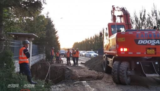 突发丨长春市林语路供水管线现漏点 工人紧急抢修