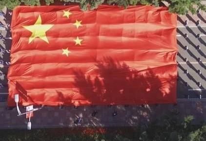 长春铁北监狱千人传国旗 同唱《我和我的祖国》