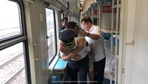 這位背受傷乘客下車的列車長,真帥!