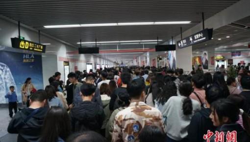 交通部:乘客在城市轨道交通列车内不得进食、躺卧座席
