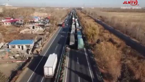 吉林白城:两车相撞 载33吨乙醇汽油运输车泄漏