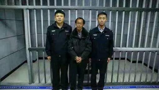临江一男子公交车上做不雅动作 被警方拘留