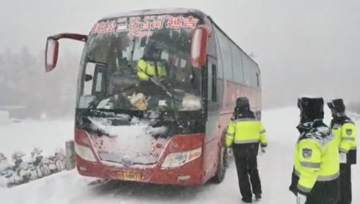 全省多地迎降雪 部分高速封闭 万余名警力上路保出行安全