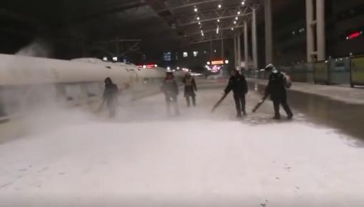 长春:机场解除黄色除冰雪预警 火车站昼夜不停除冰雪