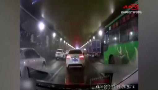 听到急救车警报,上百辆车迅速让出生命通道!今天早高峰长春一隧道上演暖心一幕