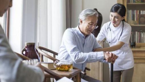 放宽入职条件、拓宽职业空间 养老护理困境有望破局