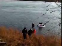 视频丨有惊无险!吉林市一轿车撞断护栏坠江