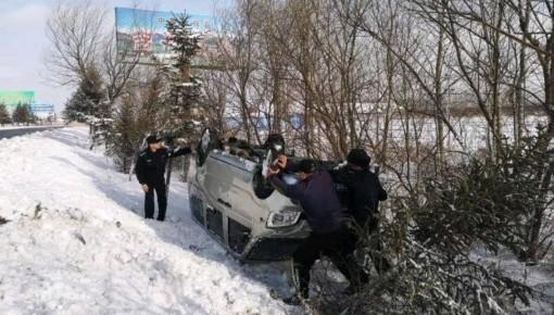 珲春:雪天路滑面包车侧翻进沟 交警这波操作给好评