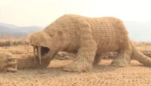 吉林小伙租30亩地扎稻草人,每天引近百游客观看