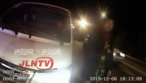 太危险!面包车超员上路 交警现场处罚教育