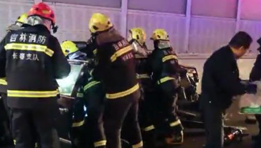 轿车侧翻变形致3人被困 后车司机抢先救出孩子!