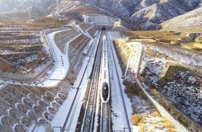 世界首列时速350公里智能型复兴号穿越长城