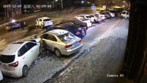 監控記錄震驚一幕!無證司機連撞六車逃逸