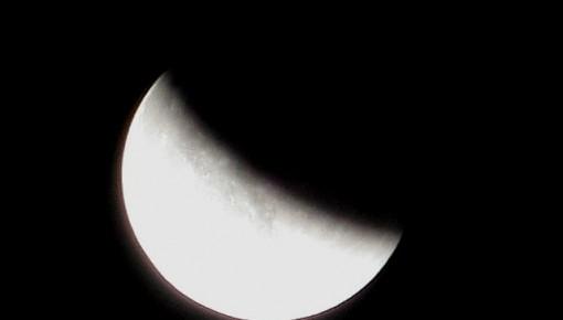 """2020年首个圆月恰逢""""半影月食"""" 看月亮的脸悄悄在改变"""