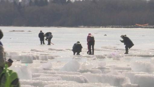 注意!公园湖面冰层开始融化 穿行其上有危险