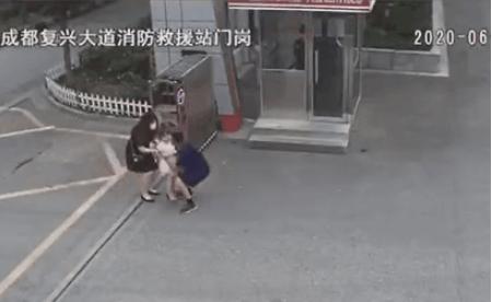 警铃响起,消防员差点抱女儿出警……这一幕网友笑过之后泪目了