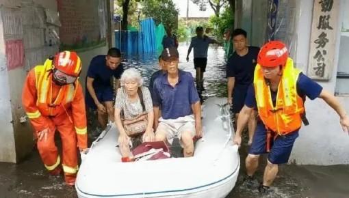 消防員以肩為椅救老人,這句話讓網友致敬!