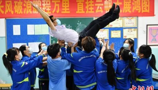 """高考前的""""最后一課"""" 同學們向班主任做比心手勢"""