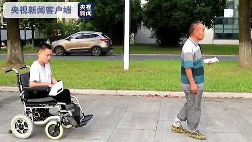 """暖心!高校为新生定制""""霍金同款""""轮椅,还有这些......"""