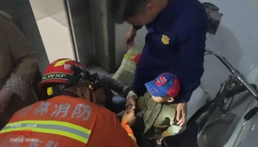 幼童好奇玩车链手指被卡 消防员拆车解救