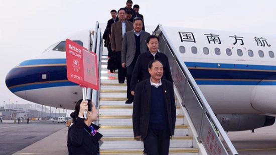 我省出席党的十九大代表15日晚抵京