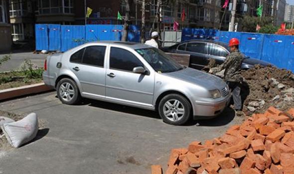 长春翔海小区管道改造私家车被困施工现场两周