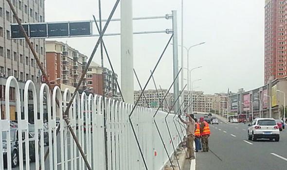 """长春亚泰大街二道街口""""夺命桥头""""处设护栏"""