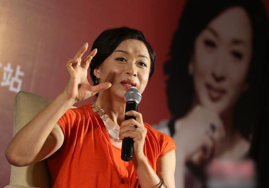 金星 5日下午,刚刚结束沈阳站演出的金星特意赶到南京2015南京青年戏剧节,为即将于18、19日晚,在南京保利大剧院的舞台上上演的舞蹈+脱口秀两场演出,与媒体和粉丝分享自己,谈舞蹈聊脱口秀。 金星早期曾在北美与欧洲游学,是中国大陆第一位获得美国艺术研究院奖学金的中国舞蹈演员。1995年回国后,金星创建了我国第一个独立现代舞蹈团,并引领其走向国际舞台。英国普利斯矛大学曾颁发她荣誉艺术博士学位,法国政府授予她法兰西共和国文学艺术骑士勋章。2015年初,《金星秀》在东方卫视播出,风趣辛辣的点评