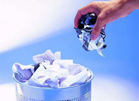 一般的卫生纸可扔进马桶随水冲掉,若是难以冲掉的卫生用品,可自备胶袋