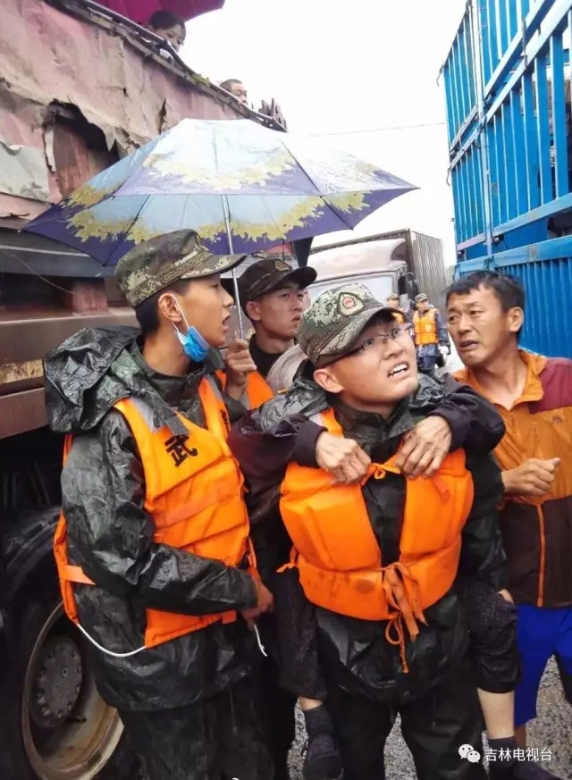 其中有一个大伯家里有三个儿子都在外地当兵,他看到武警官兵进来了,大喊道:儿子们来啦!亲人们来啦!我们安全啦!目前 ,救援工作正在紧张进行。 延边州武警官兵紧急应对吉林安图强降雨 7月20日21时,根据吉林省延边州防汛抗旱指挥部命令,武警吉林省总队延边州支队50余名官兵,第一时间赶赴福兴第二福利院,转移在那里的60多名老人。