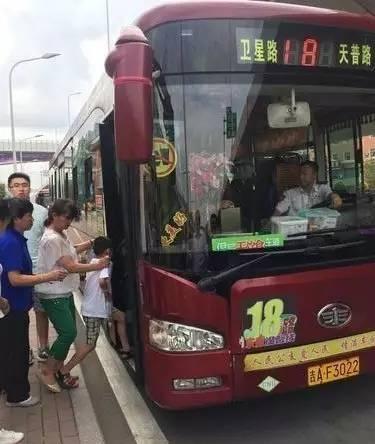长春18路公交车全线推行无饮食车厢
