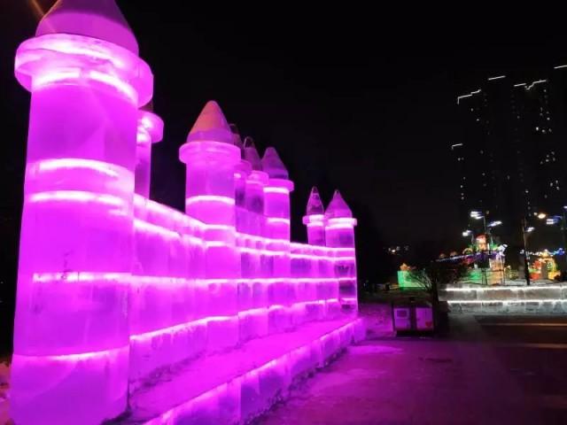 0 新闻首页 社会  广场尽头欧式建筑上以led灯顺势装饰的彩灯,与周围